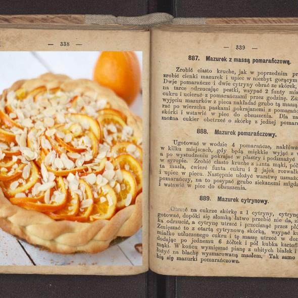 Przepis na mazurek pomarańczowy przepisytradycyjne.pl/mazurek-jablkowy-z-masa-migdalowa (kolorowa ilustracja przepisytradycjne.pl).