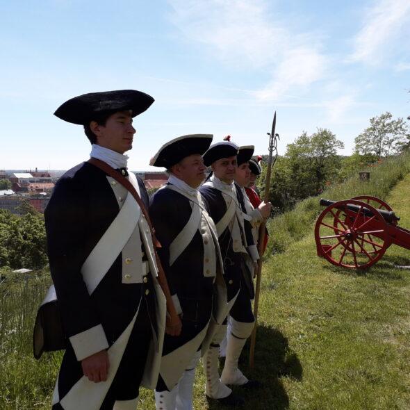 grupa rekonstrukcyjna Garnizon Gdańsk w strojach XVIII wiecznych gdańskich żołnierzy.